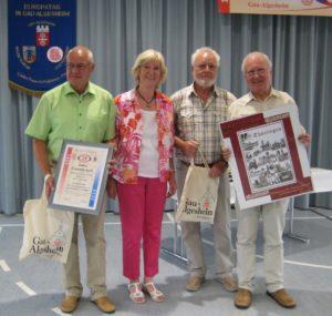 links nach rechts stehen 1. Vorsitzender des GV 1991 e. V. Neudietendorf Herbert Arnold, MGV 1. Vorsitzende Marion Potthoff, 2. Vorsitzender des GV 1991 e. V. Neudietendorf Rainer Vermeulen sowie Theo Wetzler, 2. Vorsitzender des MGV).