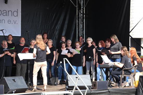 Kreis-Chorfestival - Der Projektchor des Pop- und Gospelworkshops beim Auftritt auf der Open Air-Bühne